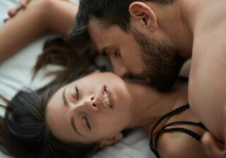 感じてる顔を見たい… 彼の性欲が爆発した「ベッドでの恥じらい仕草」4つ