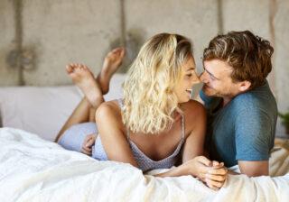 ふわっと漂うシャンプーの香りに… 男性がたまらない「彼女のベッド上でのかわいい仕草」4つ