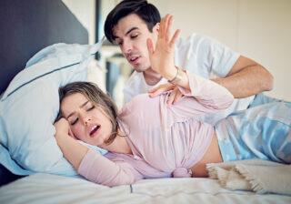 """""""眠いんだからやめてよ…!"""" 彼が思わず冷めてしまった「彼女の寝る前の行動」4つ"""