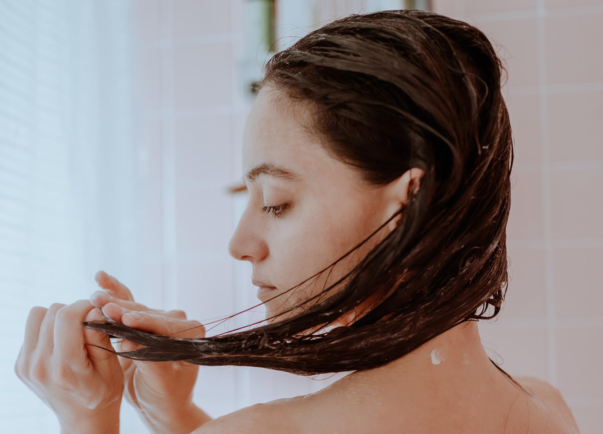 """""""濡れた髪""""をとかすのはNGなの? 美容家に聞いた「お風呂上がりのNGヘアケア」3つ"""