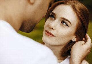 ガバッと開いてる部分に… 男性が「思わず意識してしまう」女性の特徴4つ