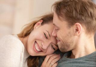 """""""胸もと""""を押さえただけで… 男性が一瞬で好きになった「女性の何気ない仕草」4つ"""