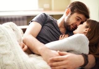 ベッドの中で見つめながら…♡ 寝る前に彼が「彼女に言われたいセリフ」4つ