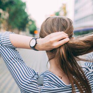 髪を結ぶとシワが増えるって本当? 絶対に注意したい「NGヘア習慣」
