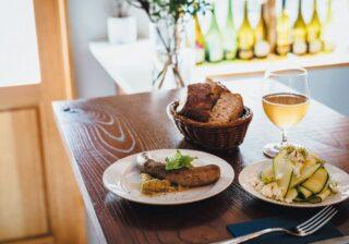 焼き茄子×ソーセージが絶妙! ナチュラルワインとビストロ料理の店