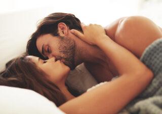 耳を攻めながらアソコを… 10年以上の長続きカップルがしている「セックスの特徴」4つ