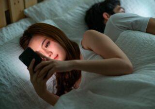 """""""寝ている夫""""に背を向けながら… 35歳妻が10歳年下の彼と不倫を続ける「ヤバすぎる理由」【前編】"""