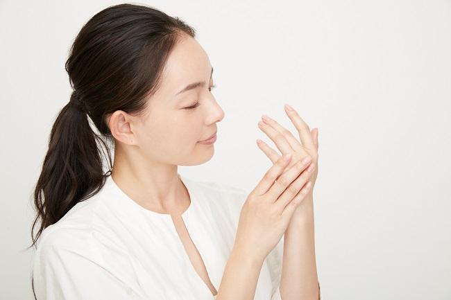 手を消毒する女性