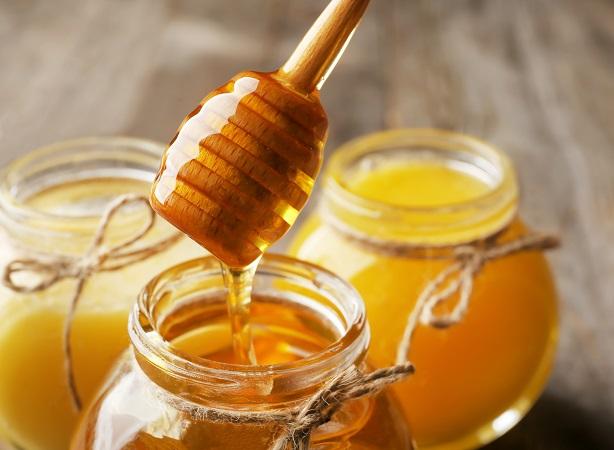 【アヴェダ】Pouring,Aromatic,Honey,Into,Jar,,Closeup