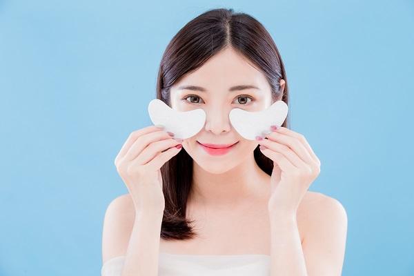 資生堂目元ケア Beauty,Skincare,Woman,Smile,Happily,And,Take,Eye,Mask,On