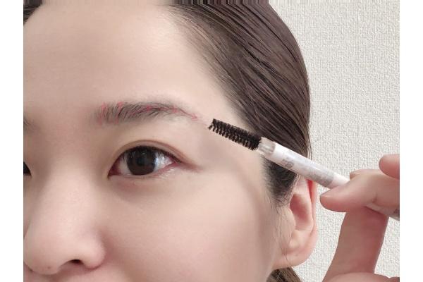 スクリューブラシで眉毛の流れを把握する