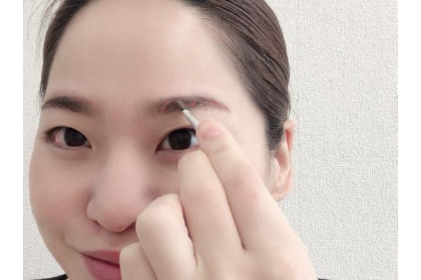 アイブロウペンシルで眉毛のふちを作る