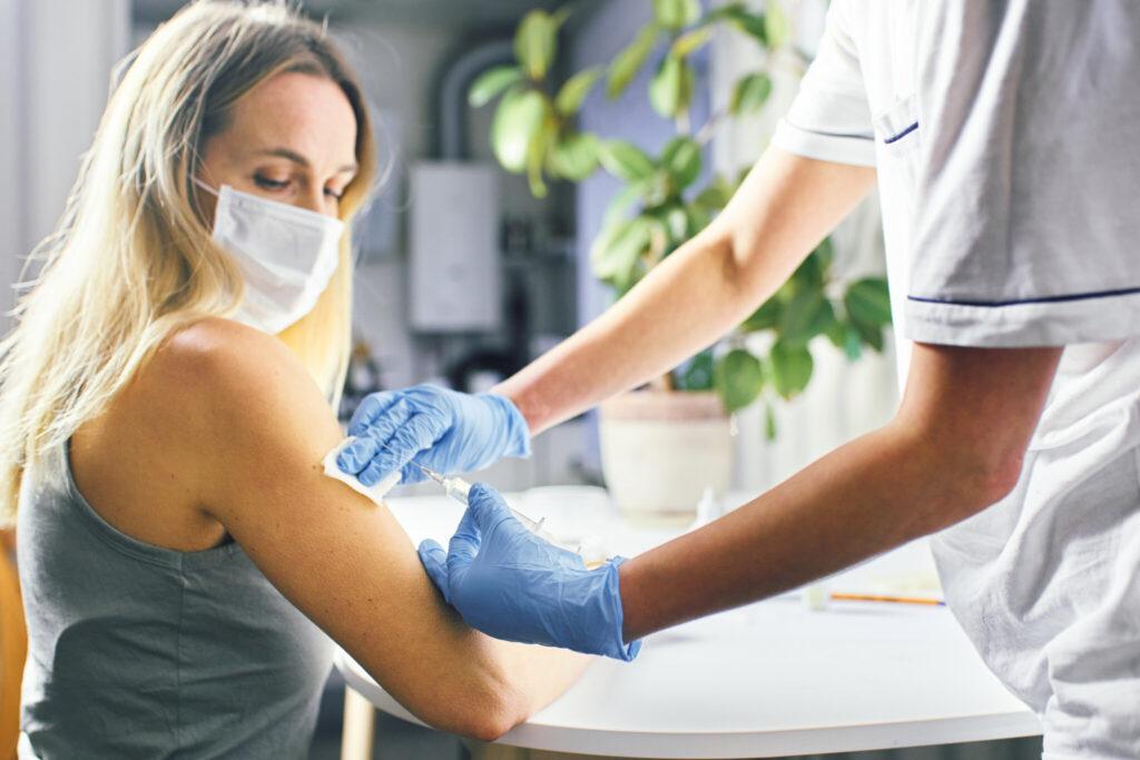 新型コロナウイルス ワクチン 副反応 女性の副反応 ファミザー モデルナ