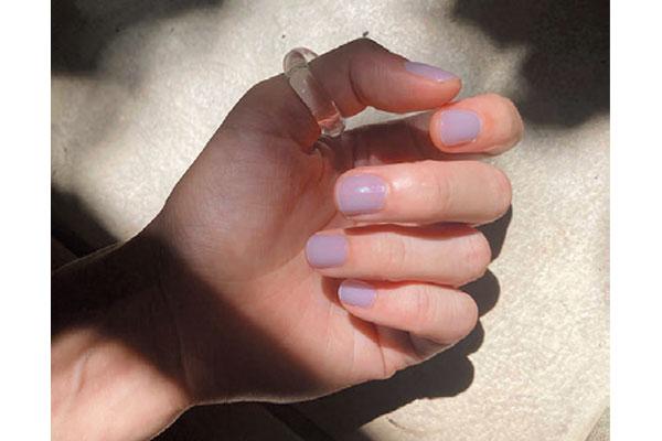 一度塗りでも重ね塗りでも、透明感のある指先